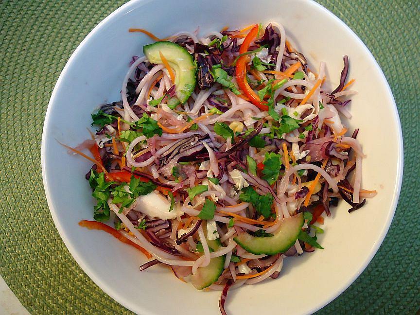 Asijský salát s rýžovými nudlemi