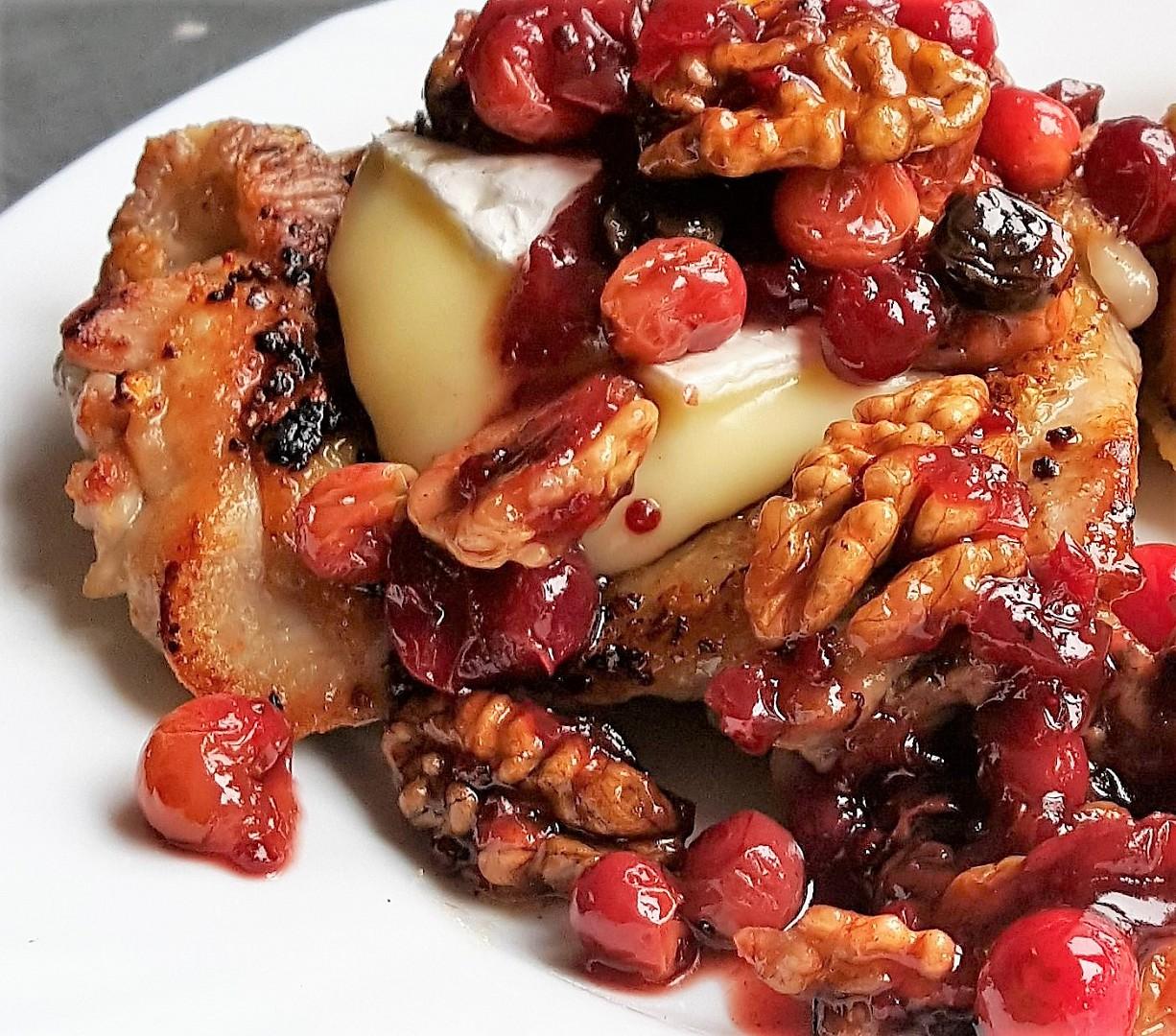 Kuře s ořechy, brusinkami a Hermelínem