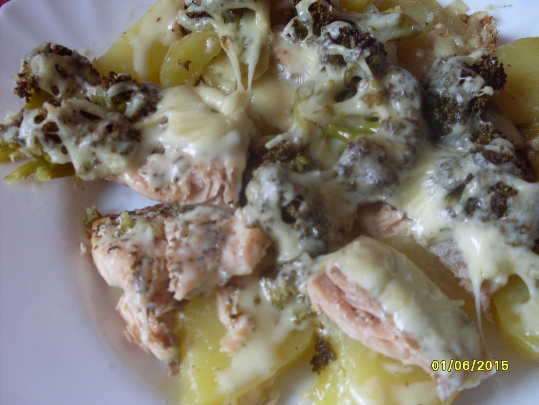 Losos zapečený s brambory a brokolicí