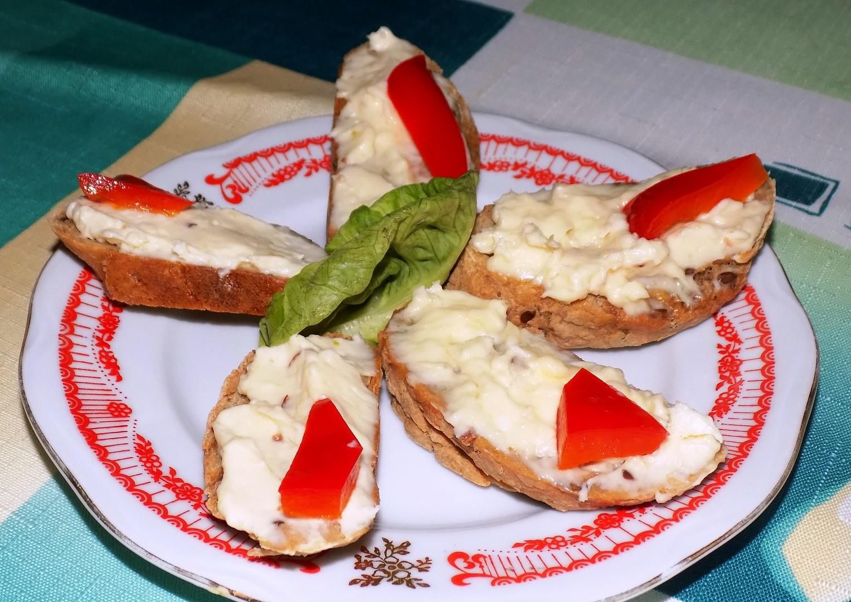 Obložený chlebíček s trochu jinou česnekovou pomazánkou