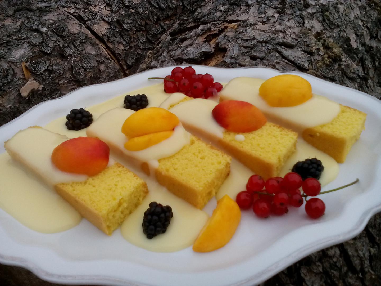 Piškot politý pudinkem a zdobený ovocem – recept na oběd nebo večeři pro děti