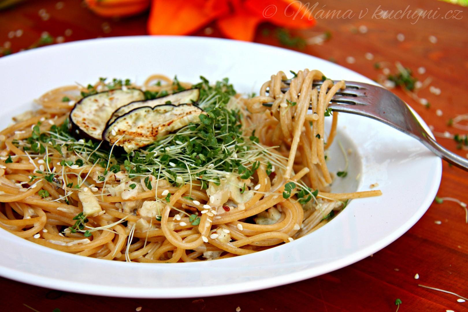 Špagety s lilkovou omáčkou a klíčenými chia semínky